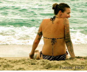 Mujer con tatuaje en la playa